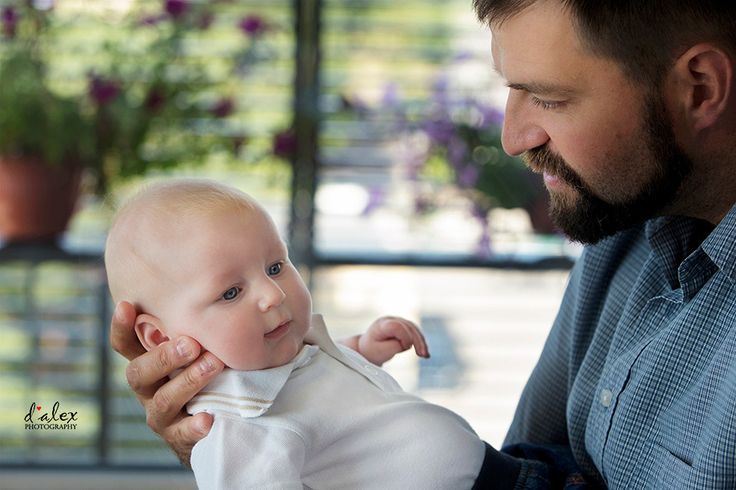 tatal statistic si tatal partenerial- tata cu bebelus in brate