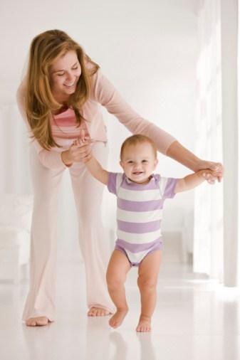 primii pasi ai bebelusului- de manute, in ham sau autonom