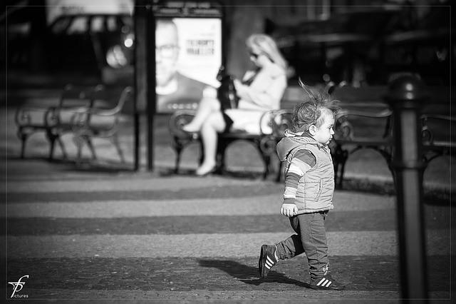 copil alergand in strada