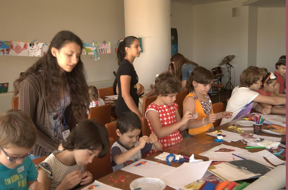 copii lucrand la clubul de vara helikon