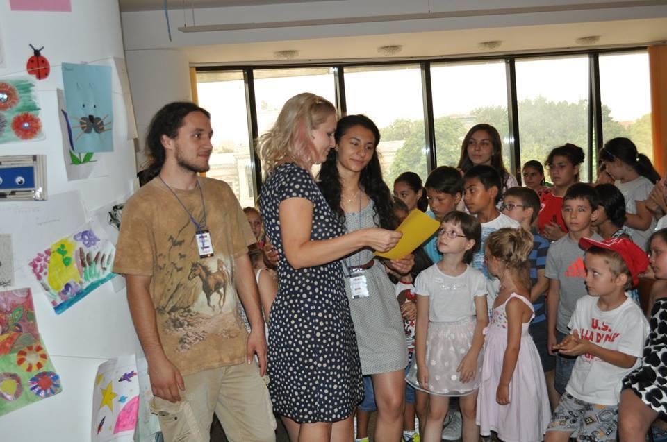 Andreea Telescu cu copiii la clubul de vara